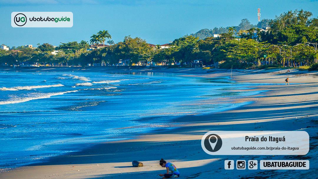 Orla da Praia do Itaguá no final de tarde. No Itaguá você encontrá diversas empresas que oferecem passeios de lancha em Ubatuba
